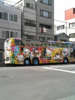 浅草仕様のキティちゃんはとバス